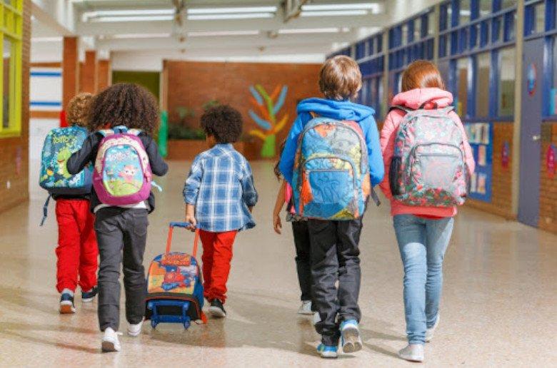 Estamos terminando el año escolar. Y es justo ahora cuando conviene comprar y escoger la mochila para el próximo curso escolar 2020-2021, ya que los precios descienden ahora que apenas hay demanda. Y lo cierto es que escoger la mochila es la primera decisión del curso escolar. Los padres quieren una mochila cómoda y los niños, que esté a la moda.
